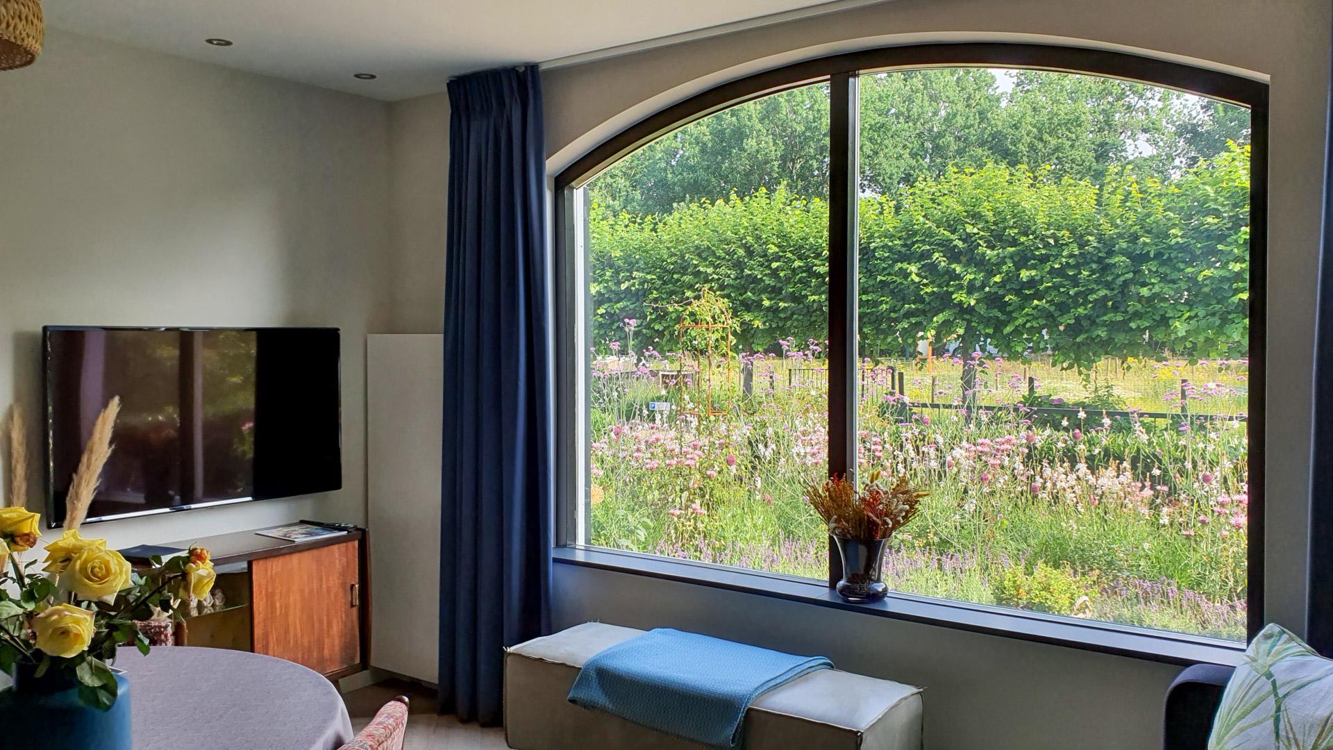 B&B Doremi woonkamer met uitzicht op de tuin