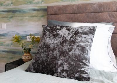 Slaapkamer detail kussens en bloemen