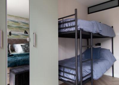 Slaapkamer detail stapelbed en kast